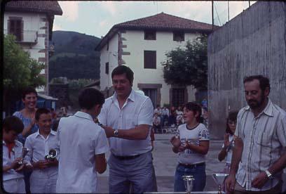 Marcelino Vergara Entrega trofeos en fiestas